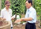 Cán bộ Trạm BVTV Trảng Bom hướng dẫn nông dân xã Sông Trầu sử dụng thuốc cho vườn tiêu.