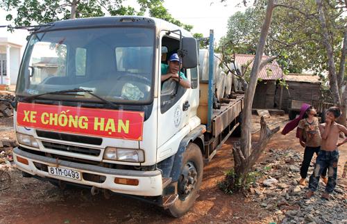 Chính quyền các tỉnh Tây Nguyên điều xe chống hạn tiếp nước cứu dân.